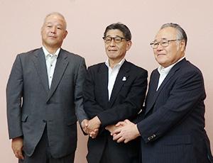握手を交わす(左から)脇本和男広電ストア社長、加栗章男マックスバリュ西日本社長、椋田昌夫広島電鉄社長