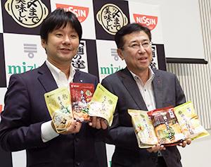 新商品を手にする伊地知稔彦日清食品チルド社長(右)と吉永智征Mizkan社長兼CEO