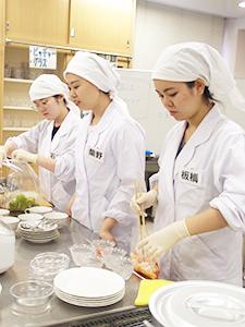モバイルプラスを調理する学生