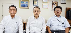 左から大沼一彦社長、内田淳会長、塚田荘一郎専務