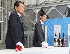 工場を稼働させるスイッチを押す江夏順行社長(右)と江夏拓三専務