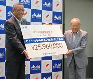 岸上克彦社長(左)と斎藤十朗中央共同募金会会長