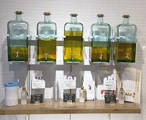 原宿表参道の「0.6 RICE BLAN OIL」の店内。好みの原料が選べるのもコメ卸ならでは