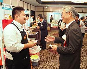 神奈川フェア出展社を激励する関光良頭取