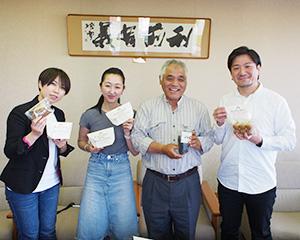 HIEN製品をアピール。右から遠藤智弥氏、長谷川治氏、長谷川裕紀氏、岡本麻里氏