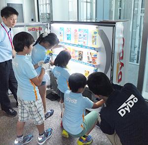 子どもらが自販機の仕組みを楽しみながら学んだ体験授業