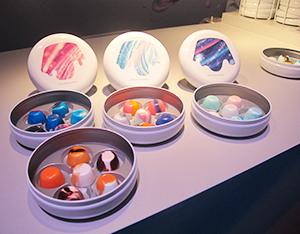 自由に4色のチョコレートソースを選んでディップ。自分だけのカラーリングの「ピノ」が作れる