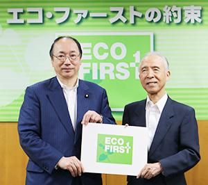 環境大臣室で認定証を前に、中川雅治大臣と雑賀慶二社長(右)