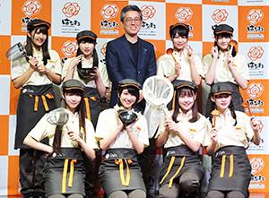 門脇純孝社長(後列中央)とはなまるうどんアンバサダーのアイドルグループ=LOVE(イコールラブ)