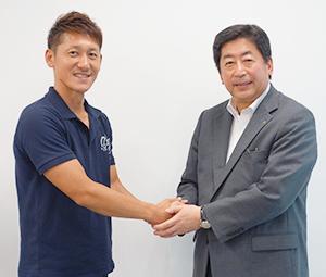 握手を交わす日本水産・的埜明世社長(右)と鯖や・右田孝宜社長