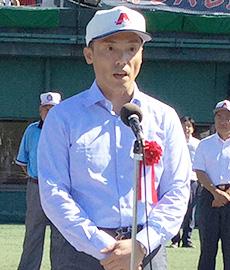 始球式であいさつする藤尾益雄社長