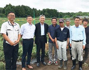 寺田直行社長(左から3人目)と同社加工調達部員、鉾田市の生産者の皆さん