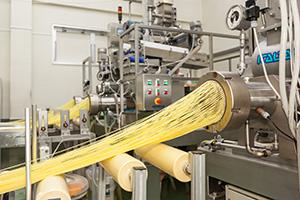 生産能力月産1000tのイタリア製自動パスタマシーン