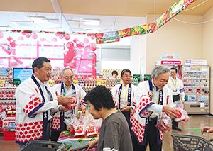 真船幸夫ヨークベニマル社長(左)と寺田直行カゴメ社長らがサンプリング