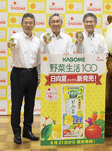 商品をアピールするカゴメ・増田和俊支店長、寺田直行社長と郡司行敏副知事(左から)