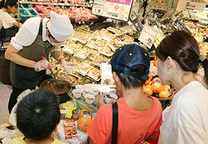 東京・欧風カレーを味わう親子連れの来店客
