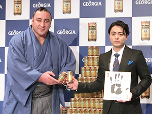 発表会には山田孝之(右)と「ジョージア」好きを公言する大関・栃ノ心が登場