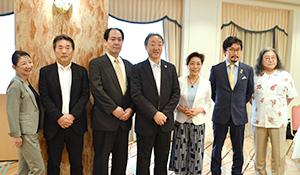 実行員会のメンバーと土屋守実行委員長(中央)