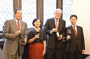 宮石徹取締役常務執行役員営業本部長(右端)、アンドリュー・カイヤードマスターオブワイン(右から2人目)、ホセ・ルイス・ムギーロ氏(左端)