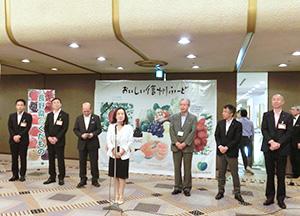出展者を激励する中島恵理長野県副知事(中央)