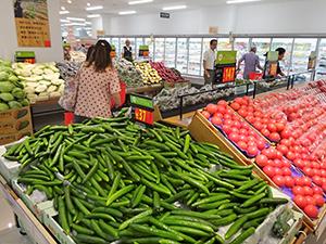 低価格と鮮度を打ち出す生鮮売場