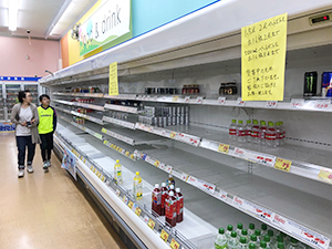 札幌市内の小売店内。売場から食料や生活必需品が消えた