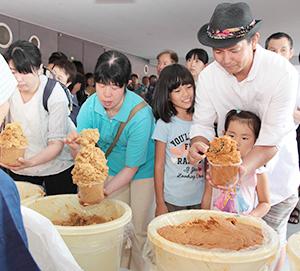 「味噌詰め放題」に大勢が挑戦した竹屋恒例の夏祭りイベント「みそプラザ2018」