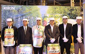 仕込み式に臨む本田敏秋市長(左端)、横山昌人工場長(左から3人目)ら