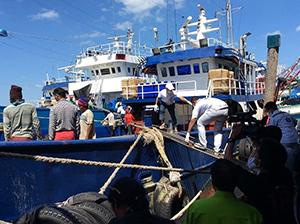 操業中に死者が出たタイ漁船を検査する保険省の職員(タイ保健省)
