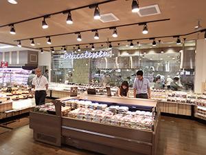 惣菜売場は什器も一新し、平台も使ってゾーンで展開