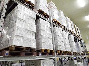 物流センター内のワイン倉庫で直輸入品の在庫を管理