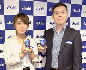 ブランドの再拡大に挑むマーケティング第一部の山田秀樹副課長(右)と進藤諭香副課長
