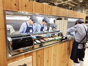 寿司屋のカウンターを模した売場で海鮮丼を提供(無印良品イオンモール堺北花田)