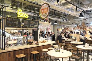 店舗中央に位置する「ミート&イートスクエア」では、ソフトドリンクやアルコールを提供