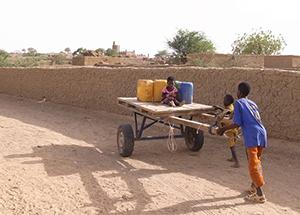 水くみをするこどもたち。2010年5月、マリ共和国・ゴロンボ近郊にて