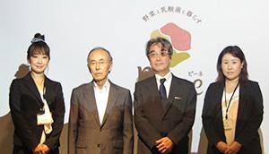 左から中西愛美室長、荻野芳朗会長、宮本雅弘社長、高橋真理子室長