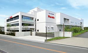 近鉄長野線・富田林駅より車で約15分の場所にあるフルタ製菓 平尾工場。美原物流センターが隣接している