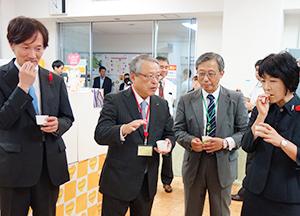 右から、新井ゆたか局長、木村均専務、伊藤滋会長、倉重泰彦審議官