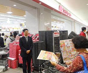来店客を出迎える青木俊道アオキスーパー社長