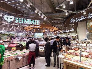 壁面にベーカリーや惣菜、広い主通路内に生鮮品や即食品で鮮度や出来たて訴求