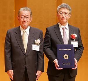 経営者賞を受賞した原和彦社長(右)と日本科学技術連盟の大鶴英嗣QCサークル本部幹事長