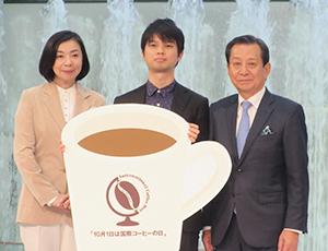 左から織作峰子氏、グランプリの藤原巧氏、横山敬一会長