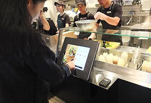 お客自らがセルフレジを操作し、注文・決済する