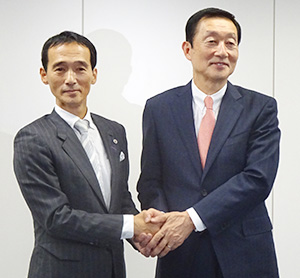 大原孝治ドンキホーテHD社長(左)と高柳浩二ユニー・ファミマHD社長
