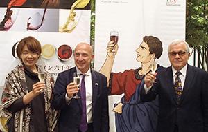 (左から)記者会見を行ったヤマザキマリ氏、ジョルジョ・スタラーチェ駐日イタリア大使、アリスティデ・マルテッリーニイタリア大使館貿易促進部部長