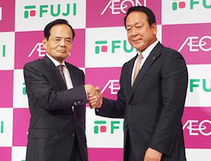 握手を交わす岡田元也イオン社長(左)と尾崎英雄フジ会長兼CEO