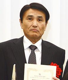 表彰状とトロフィーを手にする東使弘三郎部長