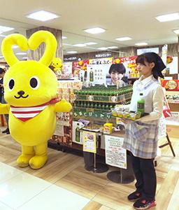 コープデイズ神戸北町店で行われたオリジナルおむすびの試食と生茶の試飲イベント