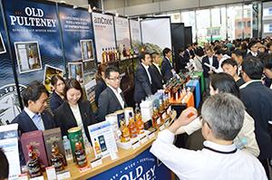 ウイスキー関連のイベントには多数の来場者が詰めかける