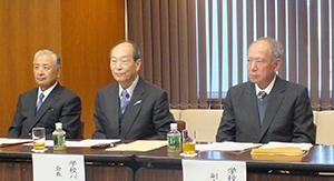 右から飯島延浩副会長、西川隆雄会長、細貝理榮副会長